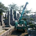 新宮霊園にてお墓の建立工事 かにクレーン(移動式のミニクレーン)の設置から