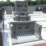 ささぐり極楽霊苑でスタイリッシュな洋型デザイン墓石が完成。インド産アーバングレー御影