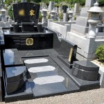 新宮霊園にて、扇型の墓石の洋型オリジナルデザインの素敵なお墓が完成。基礎工事から完成まで、インド産M10黒御影