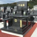 百合の花彫刻が美しいインドM10黒御影を使用した洋型墓石が完成。篠栗極楽霊苑にて