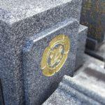金箔入りお名前追加彫刻と家紋彫刻の修繕が完了。須恵町地域墓地にて
