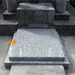 糸島市波多江のお寺様にて、とても重い納骨室入り口の蓋石を、強度を保ちながら開閉しやすく、水の浸入も防ぐものへ作り替えました。