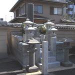 福岡市西区姪浜のお寺様墓地にて、山口県産徳山石の立派なお墓のクリーニング。経年の汚れを、高圧洗浄等できれいに