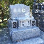 福岡市立三日月山霊園4㎡の墓地に、シンプルでコンパクトなお墓を建立。費用を抑えつつ、細部にも高級感あるお墓