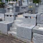 福岡市立平尾霊園にて、お墓のズレ修理、金箔の入れ直し等。樹木の撤去や透水性土間舗装での雑草対策で、管理しやすいお墓に